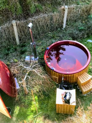 Vedfyrt badestamp i glassfiber med utvendig ovn